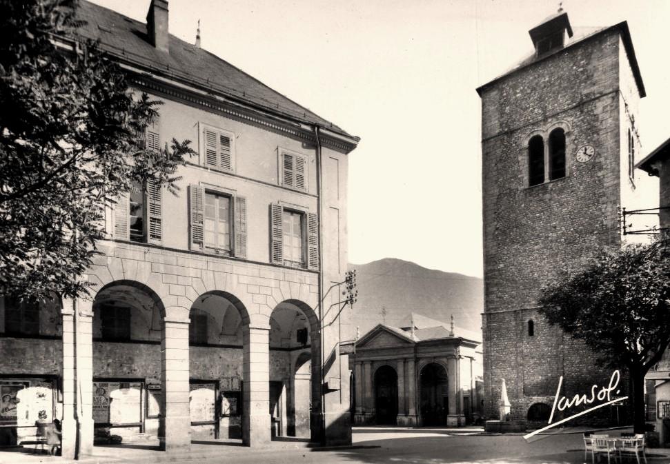 Saint-Jean-de-Maurienne (Savoie) La cathédrale, la tour et les arcades CPA