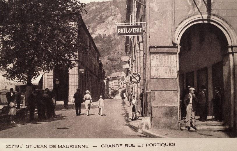 Saint-Jean-de-Maurienne (Savoie) La Grand' rue et le portique CPA