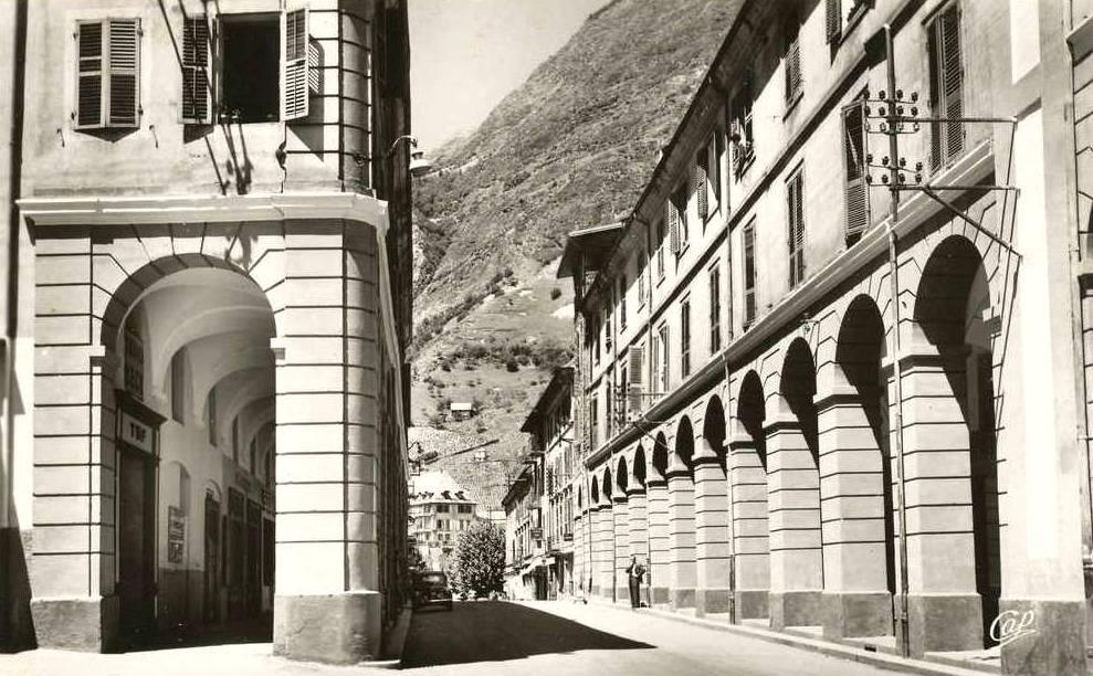 Saint-Jean-de-Maurienne (Savoie) Les arcades CPA