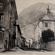 Saint-Jean-de-Maurienne (Savoie) Lhôpital et la Grand' rue CPA