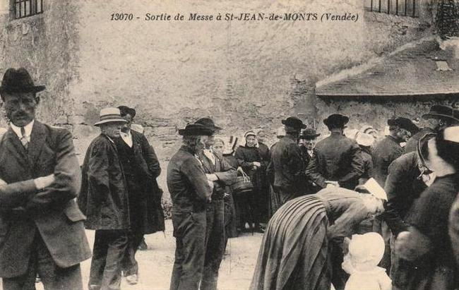 Saint-Jean-de-Monts (Vendée) La sortie de la messe CPA