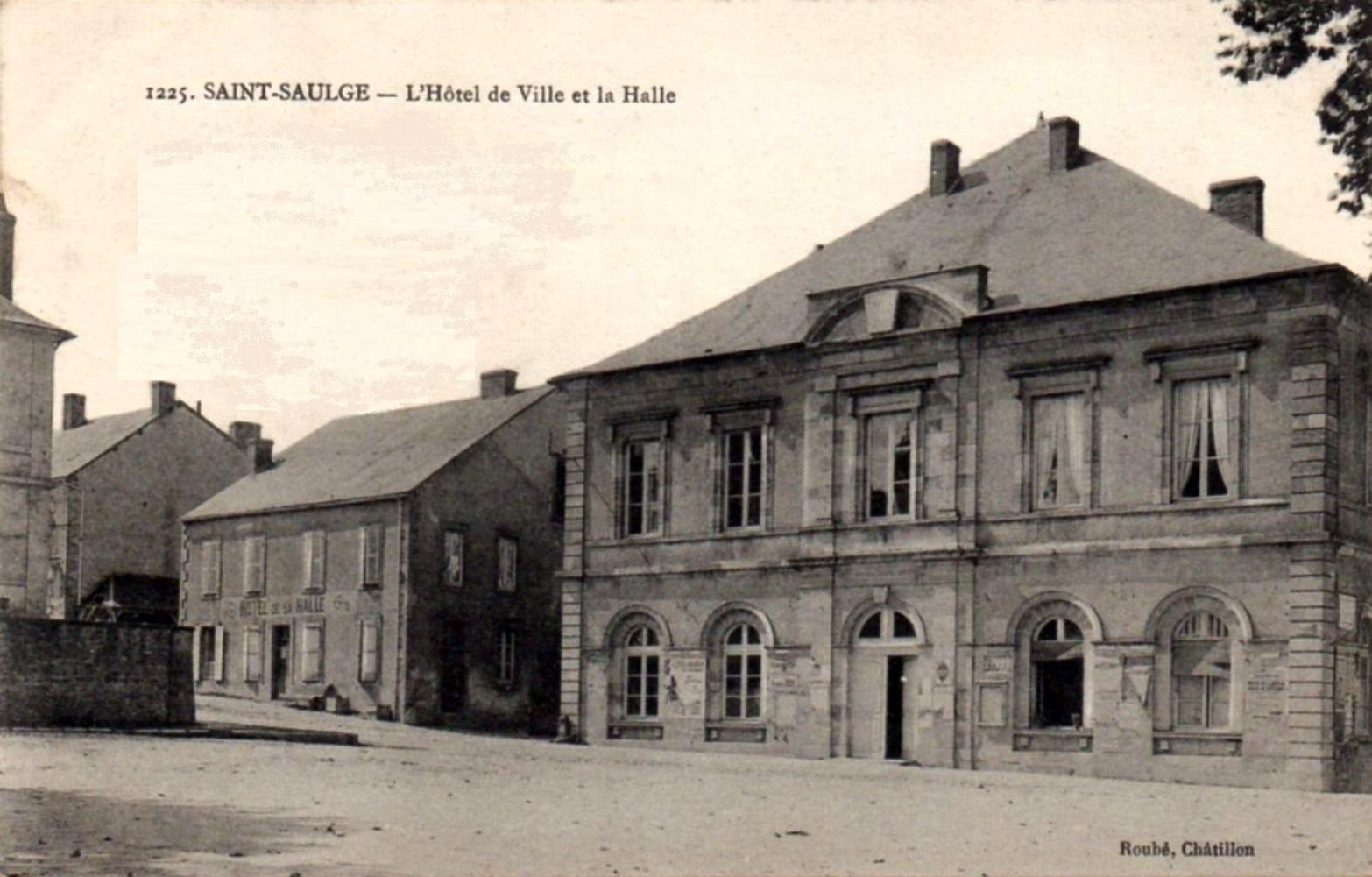 Saint-Saulge (Nièvre) La mairie et la halle CPA