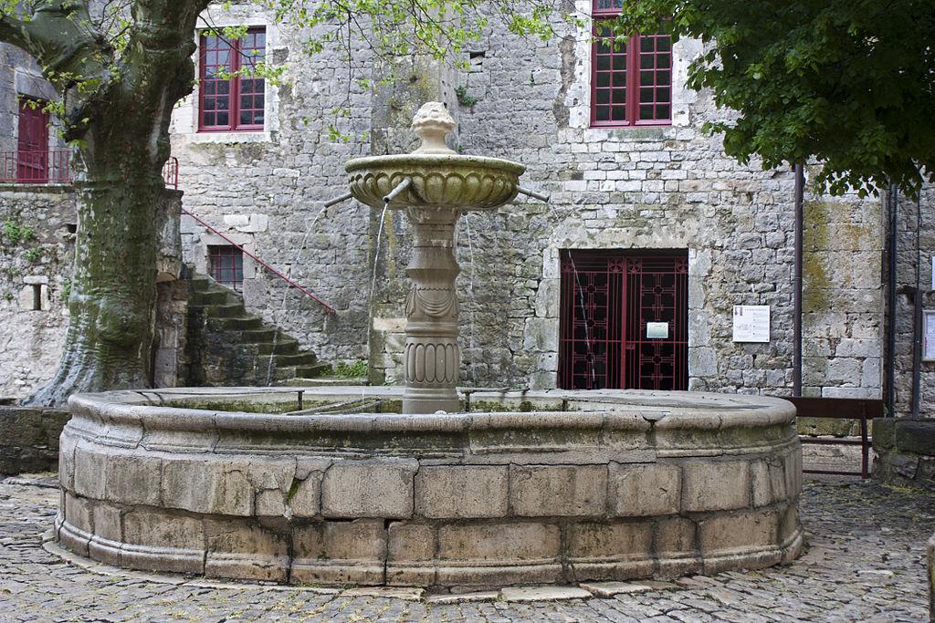 Sainte-Eulalie-de-Cernon (Aveyron) La fontaine place de la commanderie