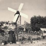 Sallertaine (Vendée) Le moulin de Rairé, Amélina Barreteau en 1960
