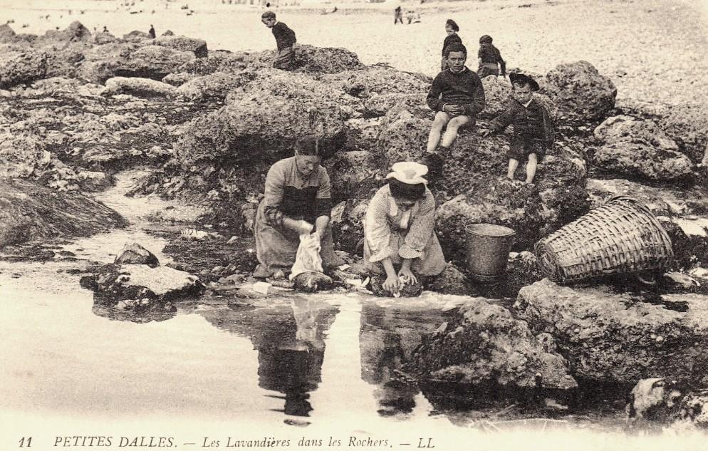 Les Petites-Dalles, les lavandières dans les rochers CPA