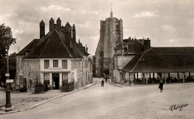 Seignelay (89) La Halle et l'église CPA
