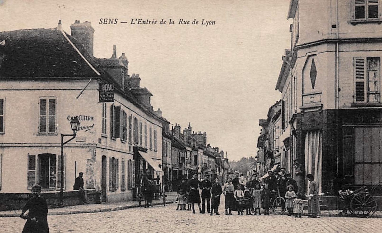Sens (89) La rue de Lyon CPA