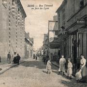 Sens (89) La rue Thénard CPA