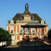 Stenay (Meuse) L'hôtel de ville et le kiosque