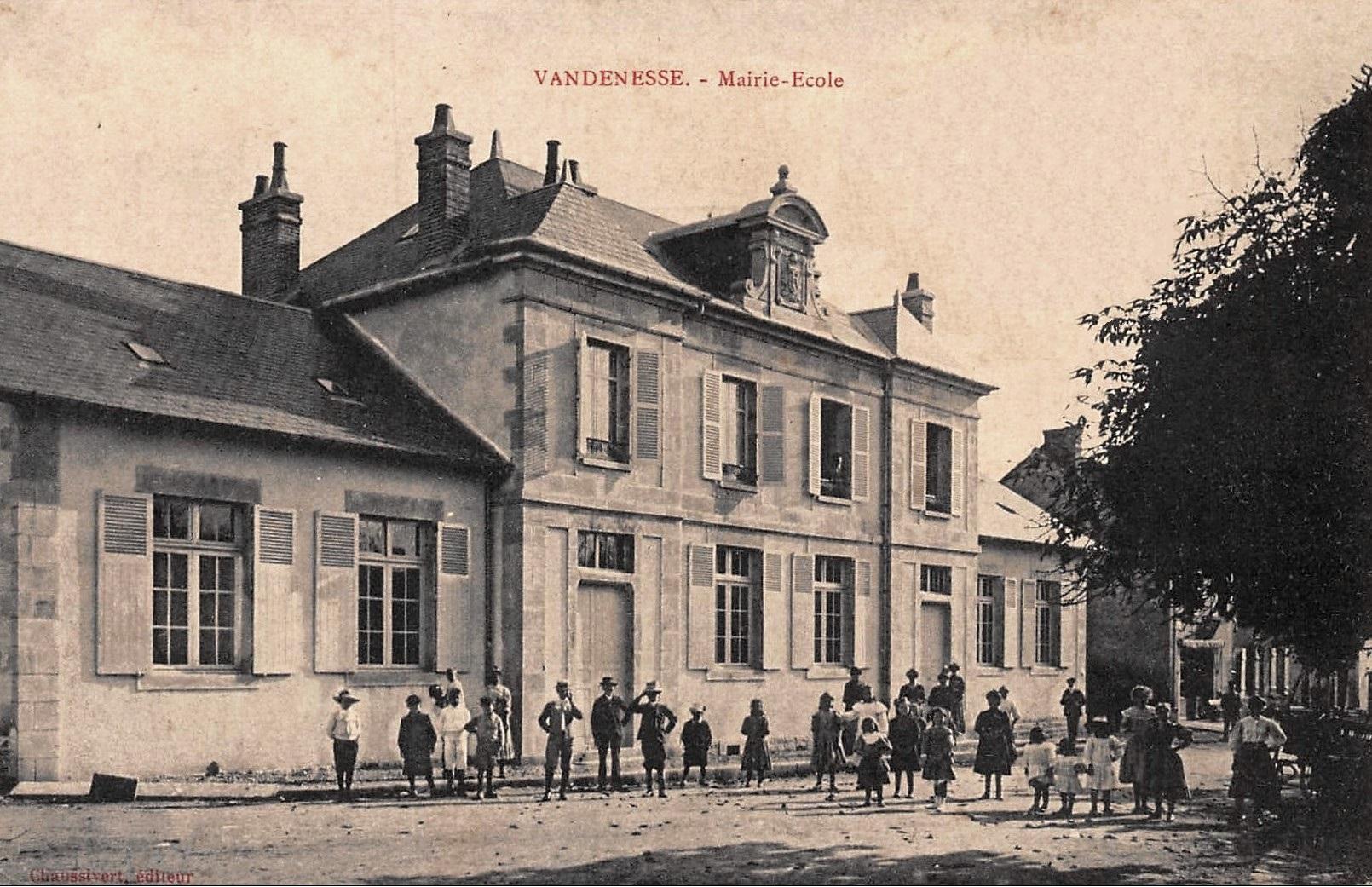 Vandenesse (Nièvre) La Mairie et l'école CPA