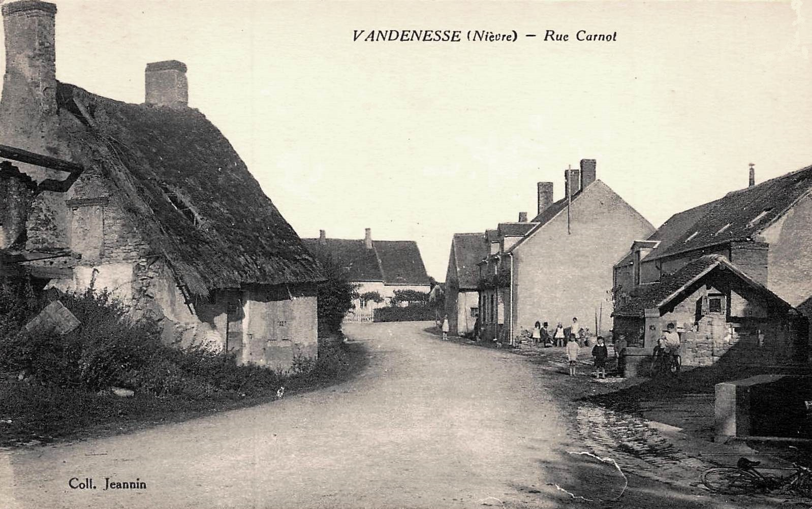 Vandenesse (Nièvre) La rue Carnot CPA