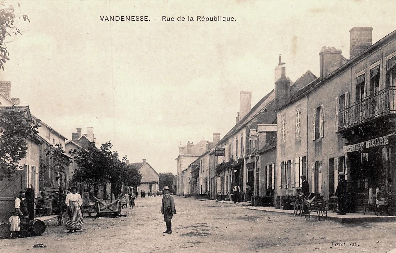 Vandenesse (Nièvre) La rue de la République CPA