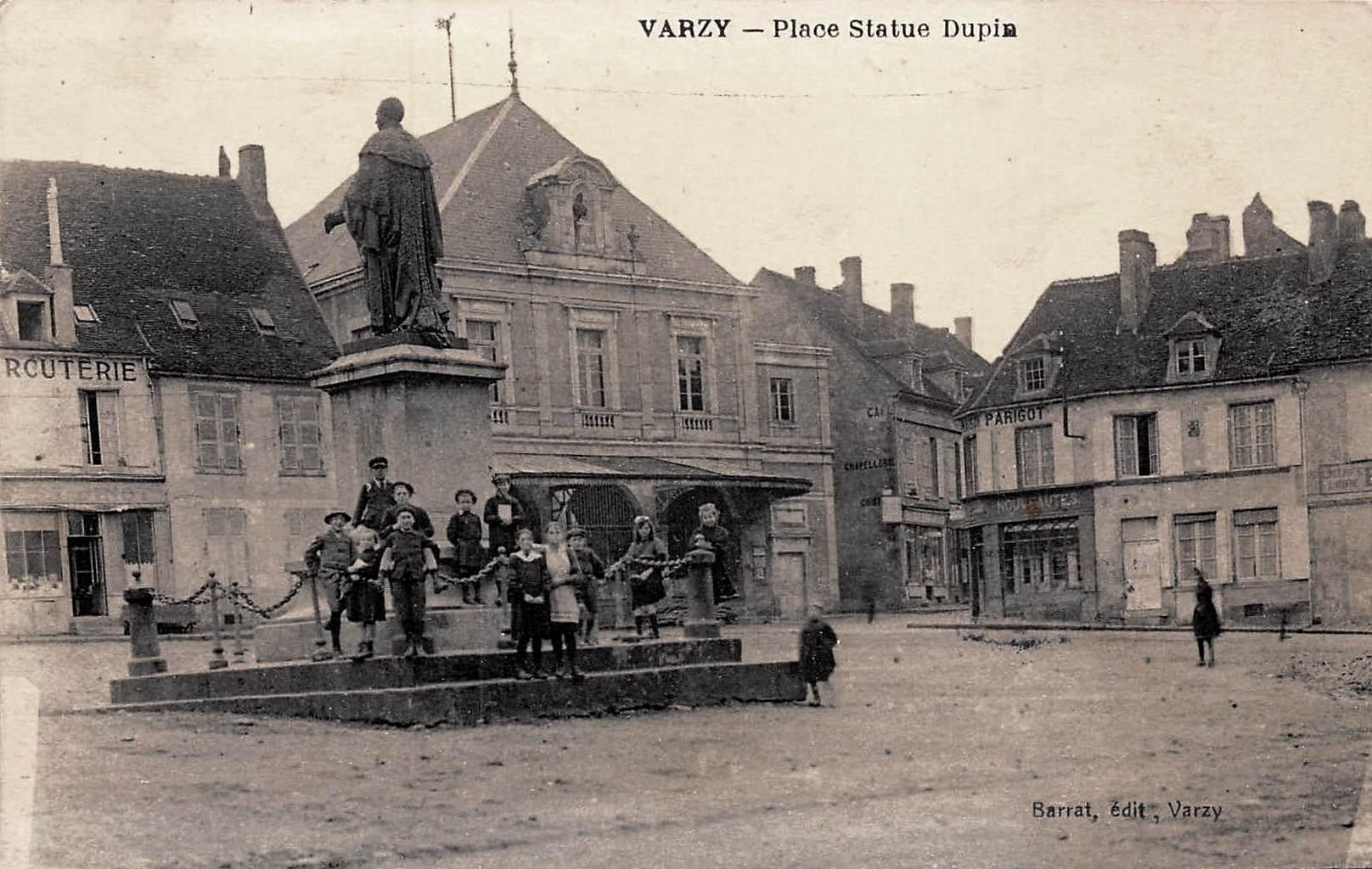 Varzy (Nièvre) La place et la statue de Dupin CPA