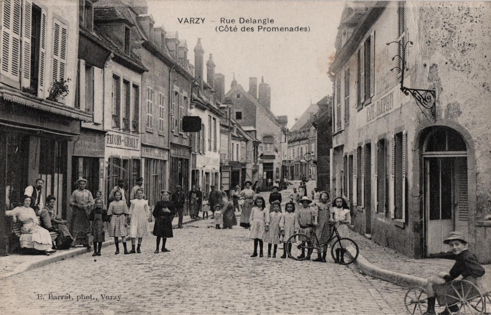 Varzy (Nièvre) La rue Delangle CPA
