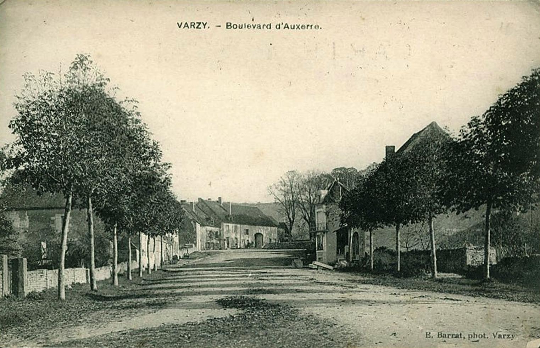 Varzy (Nièvre) Le Boulevard d'Auxerre CPA