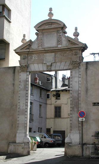 Vienne (Isère) La porte de la cour de l'Ambulance