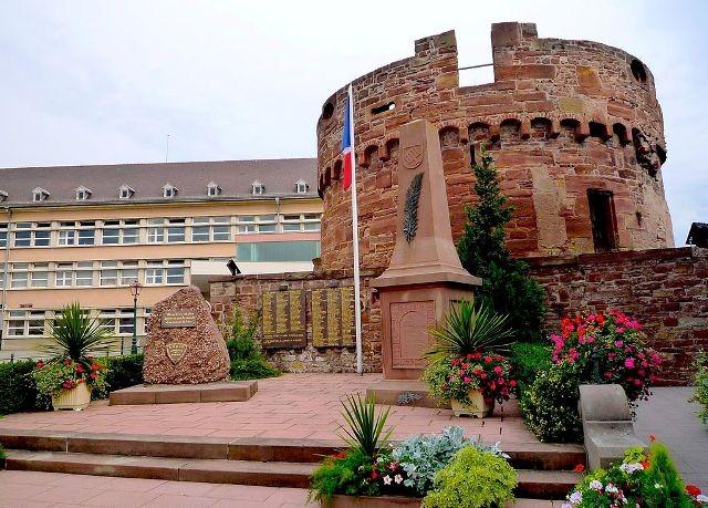 Wasselonne 67 la tour du chateau et le monuments aux morts